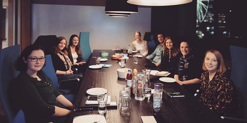 """Das Bild zeigt eine Gruppe von Teilnehmern, die den Workshop """"Programmiersprachen Roundhousekick"""" in München besucht haben"""