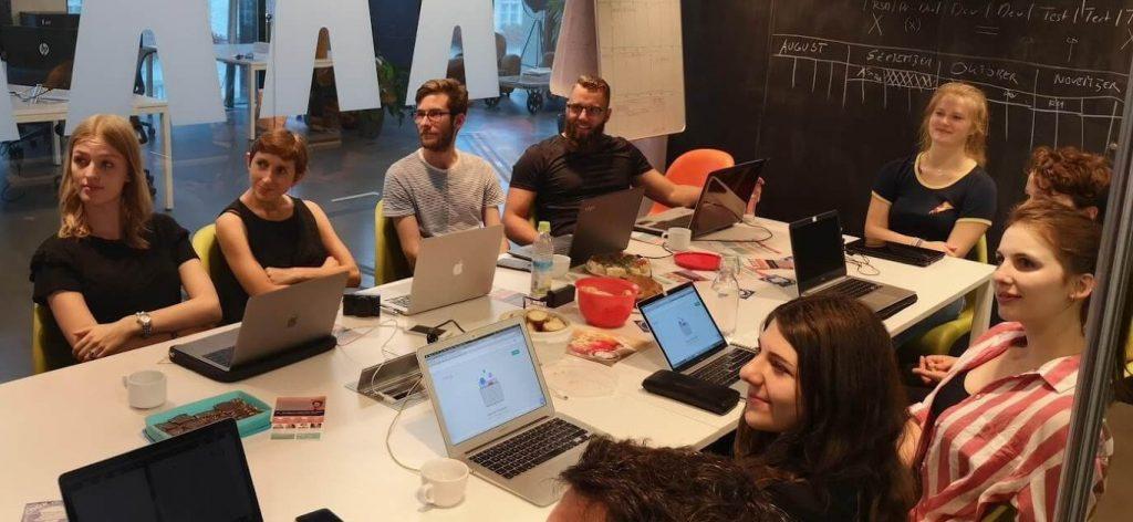 Gruppe von Leuten bei einem COOK and CODE Workshop